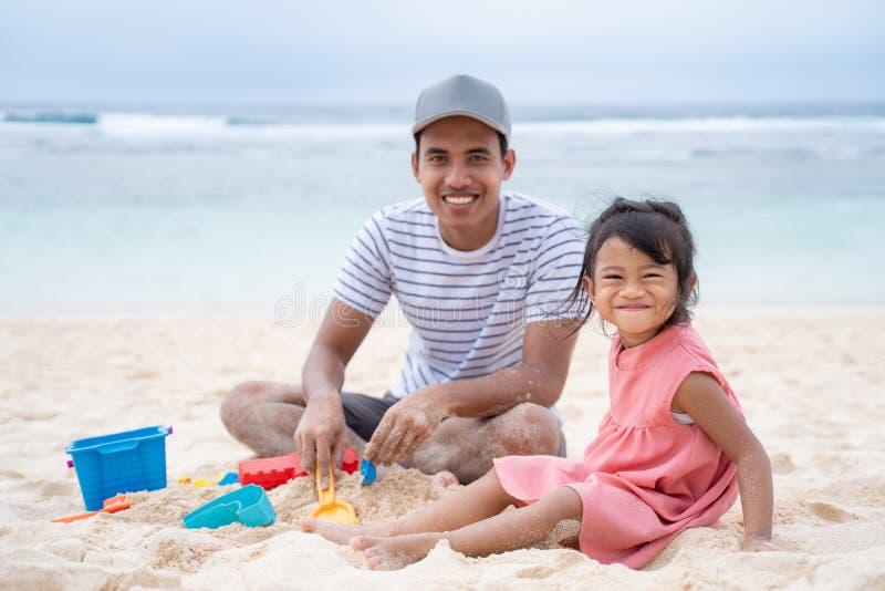Samenhorigheid van vader en meisje wanneer camera bekijk royalty-vrije stock foto