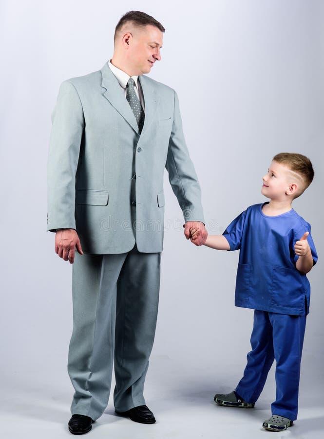 samenhorigheid vertrouwen en waarden Dit is dossier van EPS10-formaat Familiedag vader en zoon in pak Mannelijke manier Gelukkig  royalty-vrije stock foto