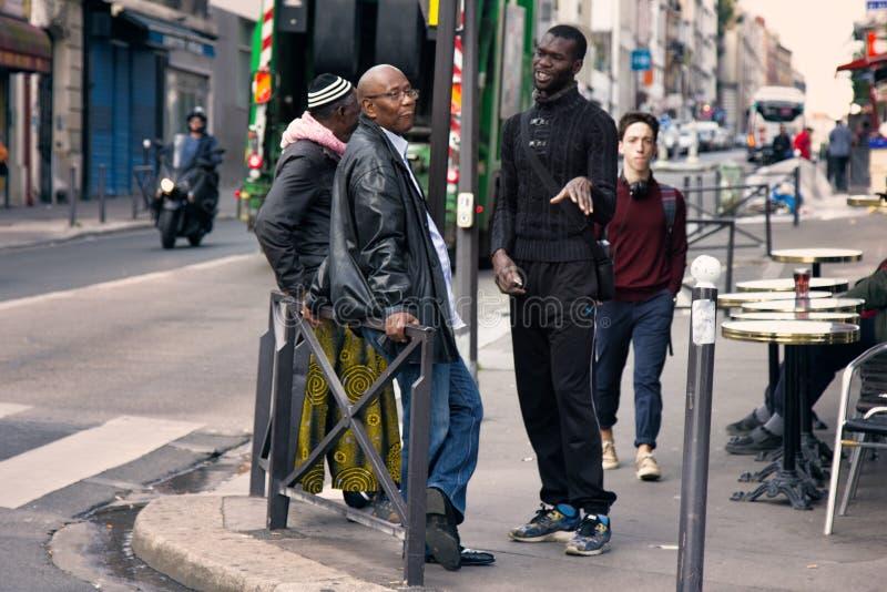 Samenkomende Afrikaanse Amerikanen in de hoek van twee straten stock fotografie
