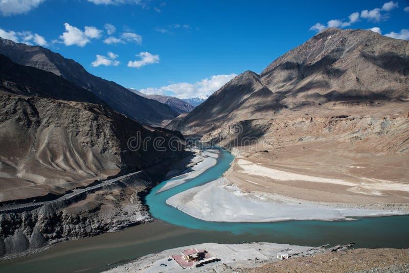 Samenloop van de rivieren van Zanskar en Indus- royalty-vrije stock afbeeldingen