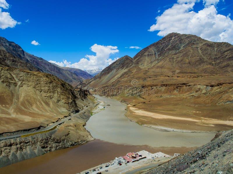 Samenloop van de rivieren van Zanskar en Indus- stock foto