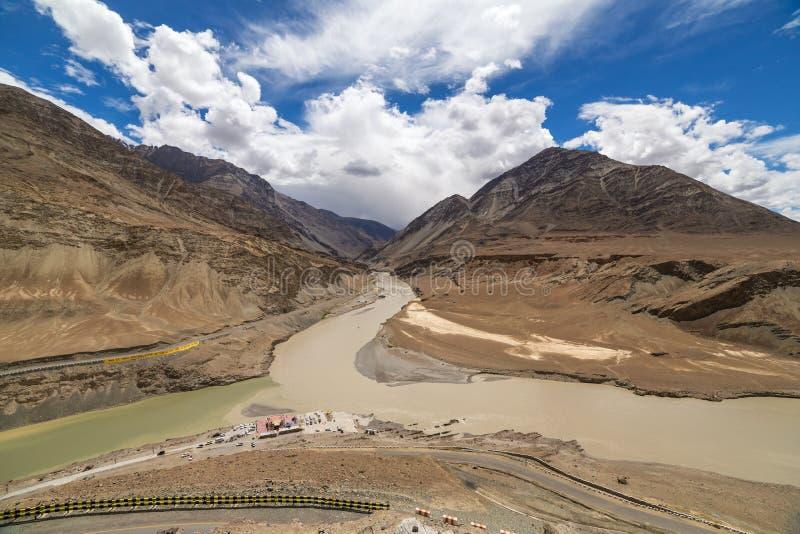 Samenloop van de rivieren van Zanskar en Indus-- Leh stock foto