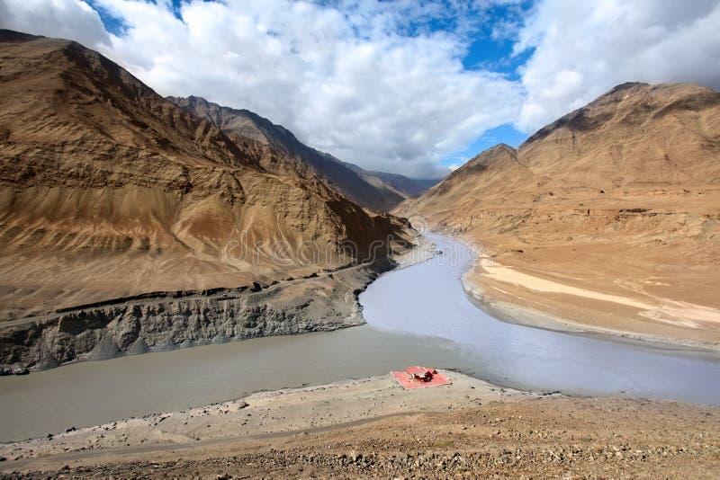 Samenloop van rivieren Zanskar en Indus. Himalayagebergte stock afbeeldingen