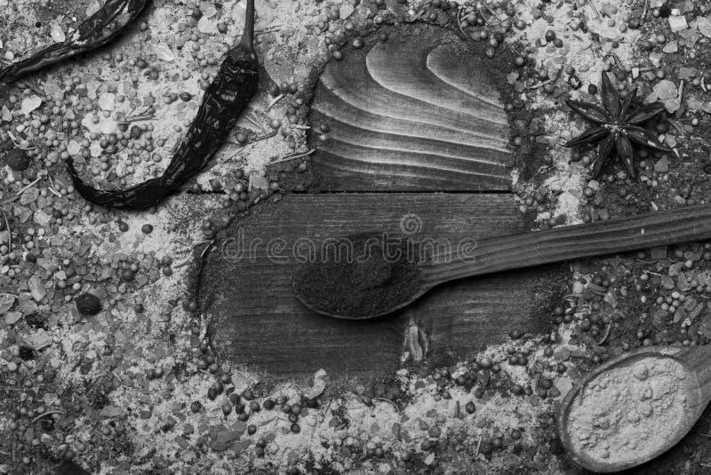 Samenstelling die van specerij hartvorm maken Houten Lepels stock foto's