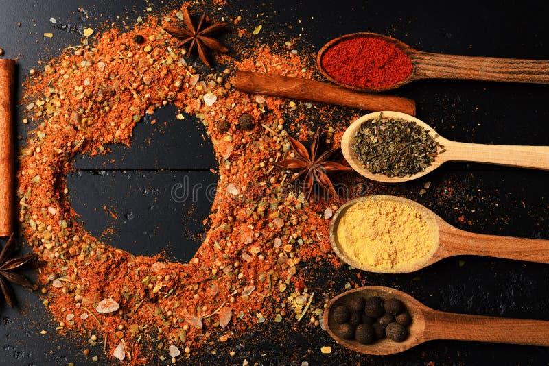 Samenstelling die van specerij hartvorm maken Keuken en smaakstofconcept stock foto's