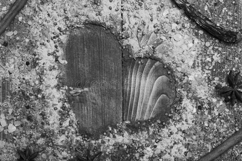 Samenstelling die van specerij hartvorm maken Reeks kruiden op houten achtergrond Keuken en smaakstofconcept royalty-vrije stock afbeeldingen