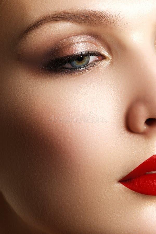 Samenstelling en schoonheidsmiddelen De vrouwengezicht van de schoonheid Mooi modelmeisje m royalty-vrije stock fotografie
