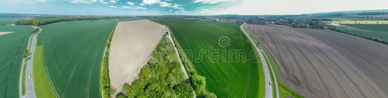 Samenstelling het panorama van de 360 graadcilinder van een landweg die door gebieden en weiden tot een dorp naast een reepje lei royalty-vrije stock foto