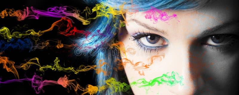 Samenstelling Jonge de samenstelling en de rookkleuren van het vrouwengezicht stock afbeeldingen
