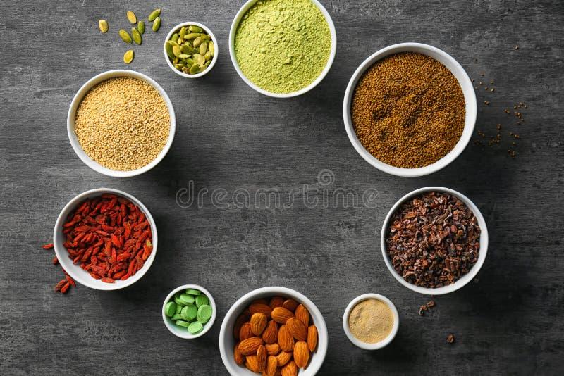 Download Samenstelling Met Assortiment Van Superfoodproducten Stock Afbeelding - Afbeelding bestaande uit lijst, gras: 107702083