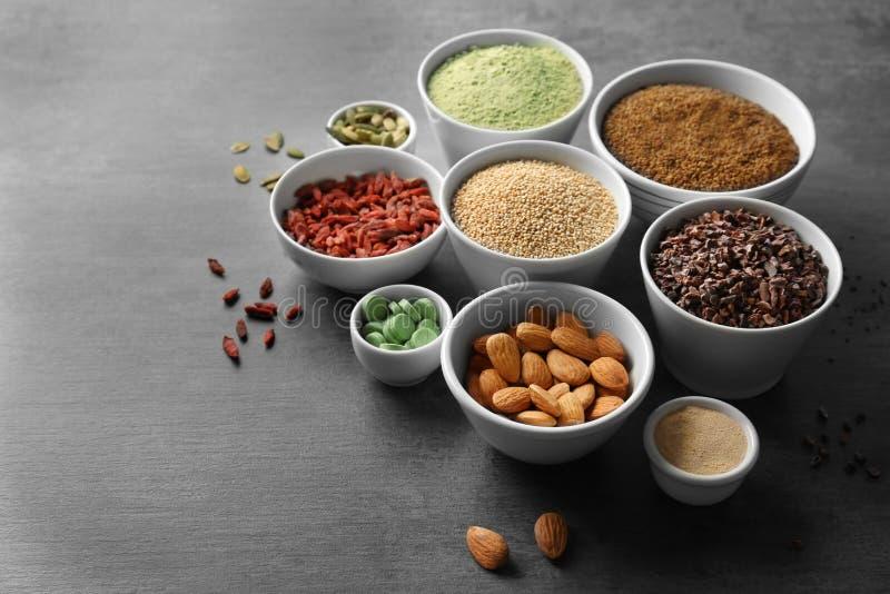 Download Samenstelling Met Assortiment Van Superfoodproducten Stock Foto - Afbeelding bestaande uit ingrediënten, verschillend: 107702090