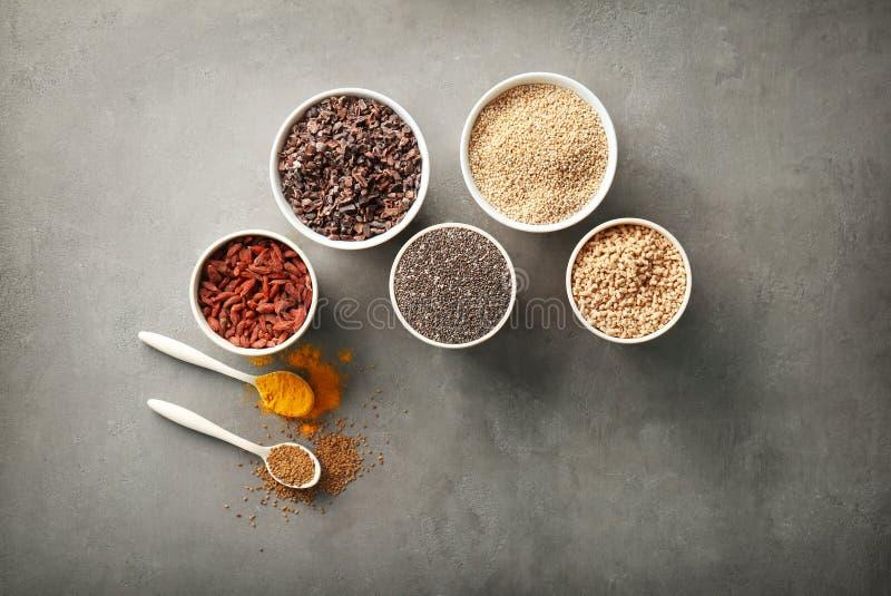 Download Samenstelling Met Assortiment Van Superfoodproducten Stock Foto - Afbeelding bestaande uit ingrediënten, mengeling: 107702124
