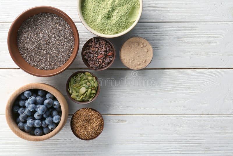 Download Samenstelling Met Assortiment Van Superfoodproducten Stock Afbeelding - Afbeelding bestaande uit alfalfa, gezond: 107702131