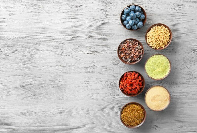 Download Samenstelling Met Assortiment Van Superfoodproducten Stock Afbeelding - Afbeelding bestaande uit bosbes, samenstelling: 107702147