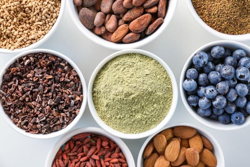 Download Samenstelling Met Assortiment Van Superfoodproducten Stock Foto - Afbeelding bestaande uit mengeling, alfalfa: 107702186