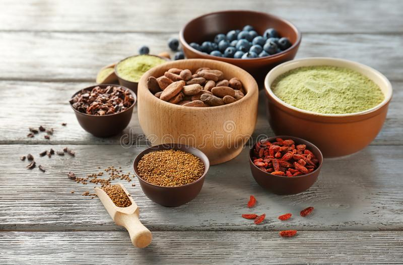 Download Samenstelling Met Assortiment Van Superfoodproducten Stock Foto - Afbeelding bestaande uit anti, assortiment: 107702364