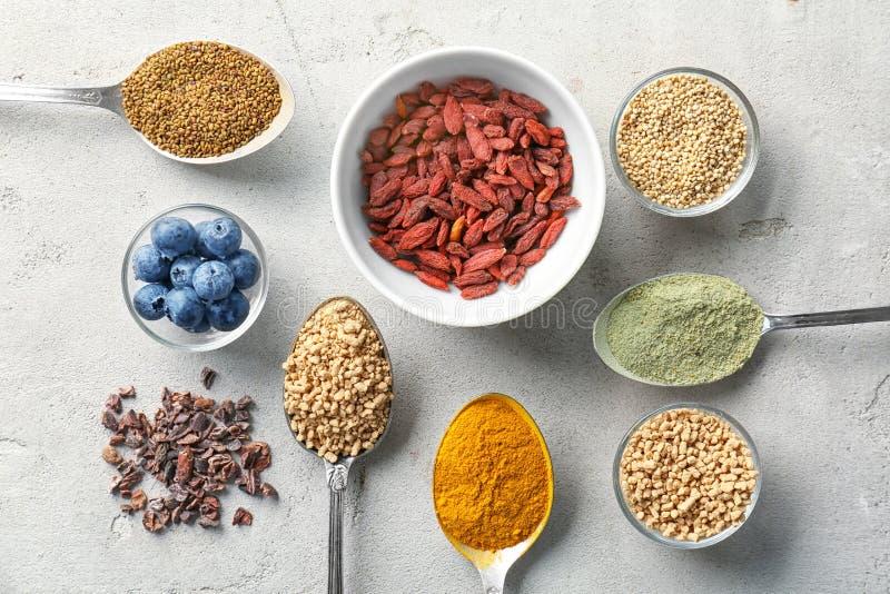 Download Samenstelling Met Assortiment Van Superfoodproducten Stock Foto - Afbeelding bestaande uit voorwerp, kommen: 107702780