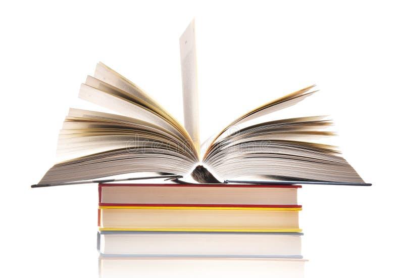 Samenstelling met boeken die op wit wordt geïsoleerde stock afbeelding