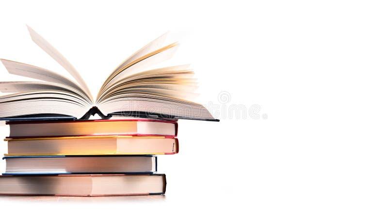 Samenstelling met boeken die op wit wordt geïsoleerde stock afbeeldingen