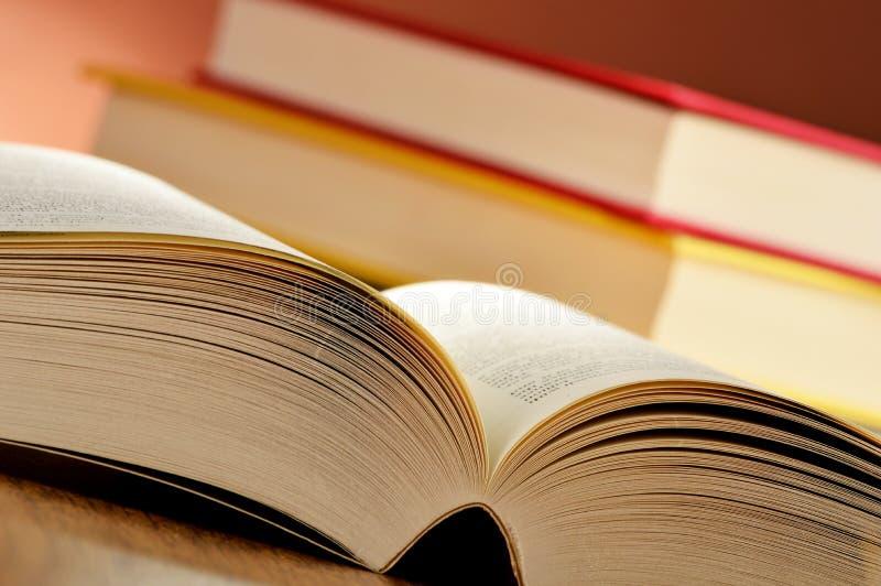 Samenstelling met boeken op de lijst royalty-vrije stock afbeeldingen