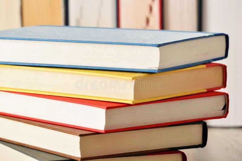 Samenstelling met boeken op de lijst royalty-vrije stock foto