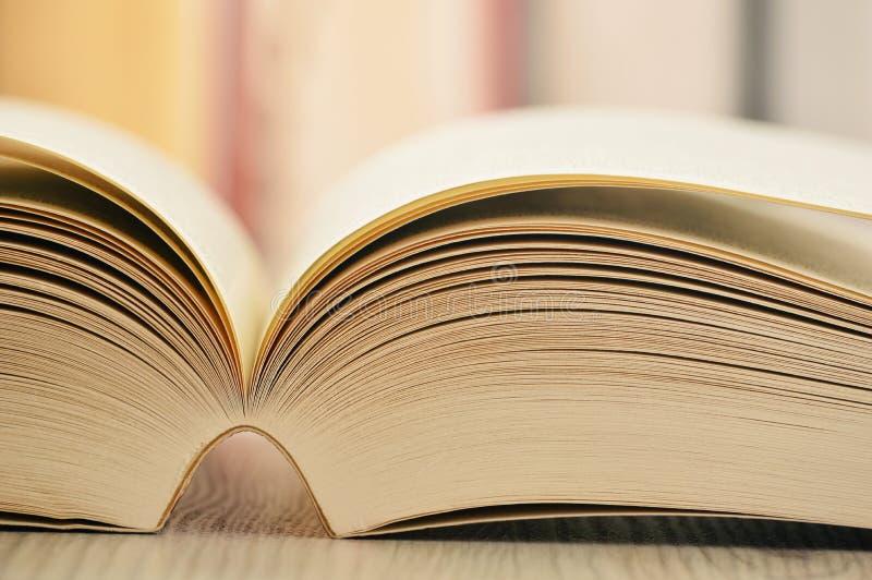 Samenstelling met boeken op de lijst royalty-vrije stock foto's