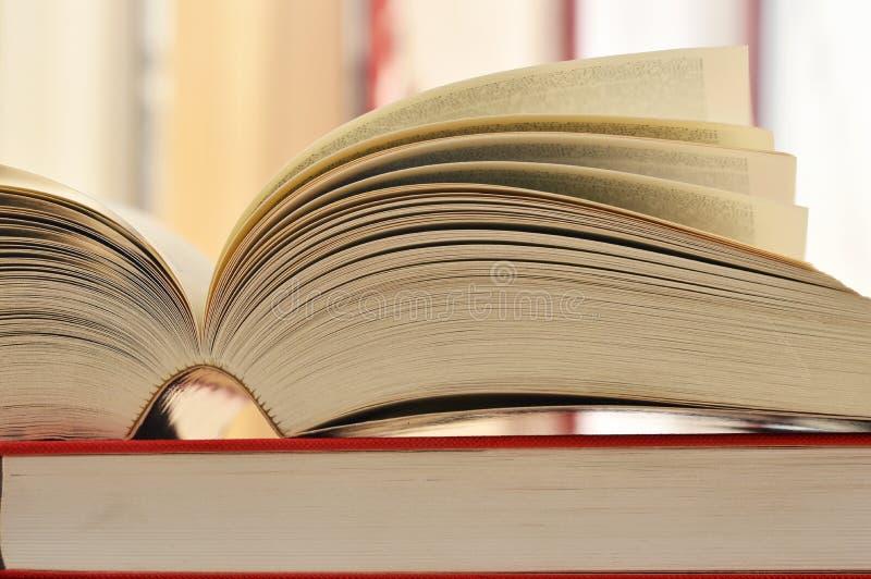 Samenstelling met boeken op de lijst royalty-vrije stock fotografie