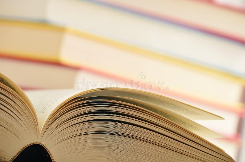 Samenstelling met boeken op de lijst royalty-vrije stock afbeelding