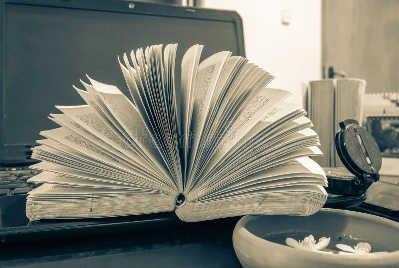 Samenstelling met boeken op de lijst stock afbeelding