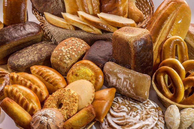 Samenstelling met broden van brood en broodjes stock afbeeldingen