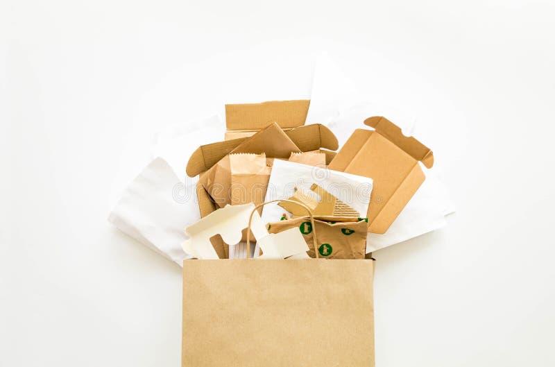 Samenstelling met bruin die en Witboek, op recycling wordt voorbereid Verminder, gebruik en recycleer concept opnieuw Vlak leg royalty-vrije stock afbeelding