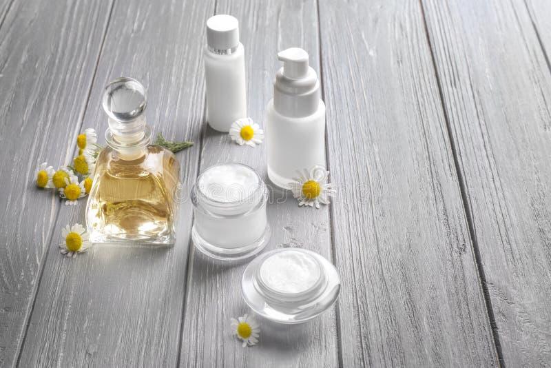 Download Samenstelling Met Cosmetischee Producten En Verse Kamillebloemen Stock Foto - Afbeelding bestaande uit bloem, voorwerp: 107702710