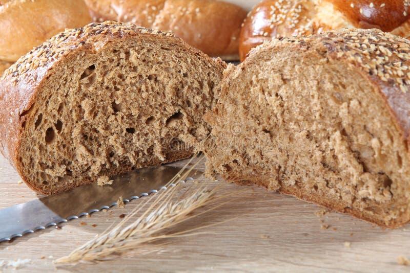 Samenstelling met dichte omhooggaand van het besnoeiings bruine brood royalty-vrije stock foto