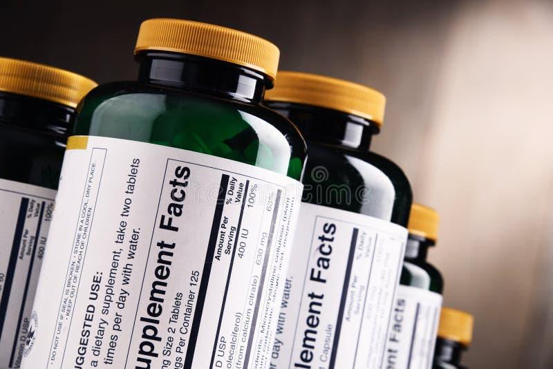 Samenstelling met dieetsupplementcontainers Drugpillen stock afbeelding