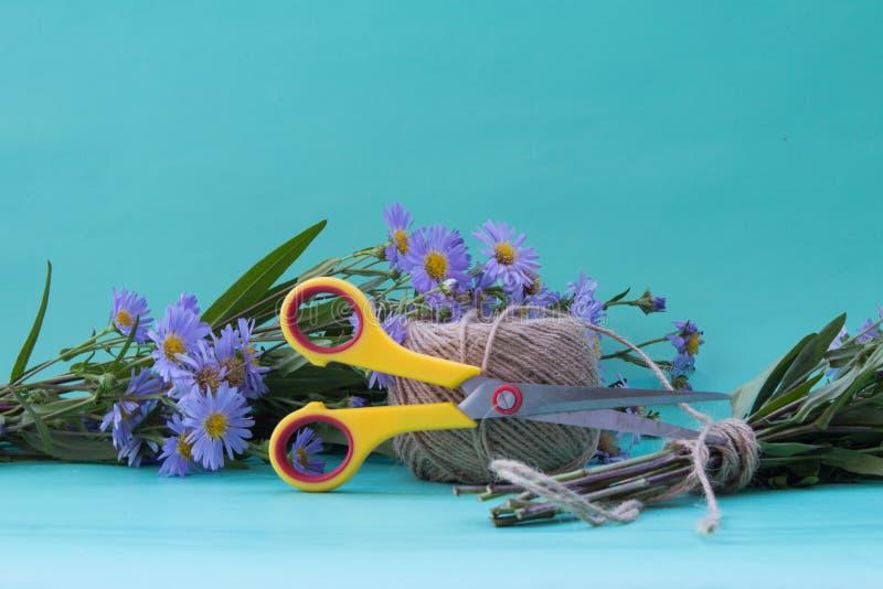 Samenstelling met een boeket van bloemen van violette asters en sciss stock foto's