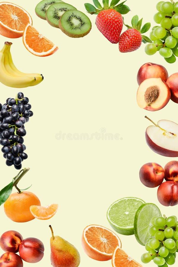 Samenstelling met een grote verscheidenheid van verschillende vruchten rond de randen van het kader Plaats voor tekst in het midd stock afbeeldingen