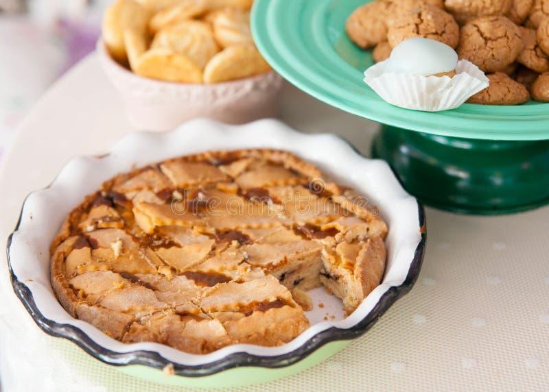 Samenstelling met eigengemaakte cake en amarettocakes royalty-vrije stock afbeelding