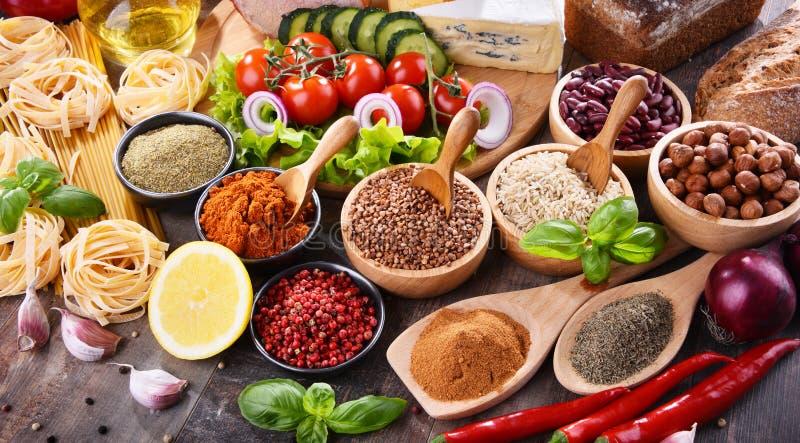 Samenstelling met geassorteerde natuurvoedingproducten op de lijst stock foto's