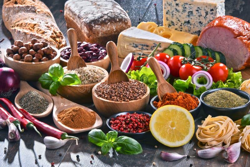 Samenstelling met geassorteerde natuurvoedingproducten op de lijst stock fotografie