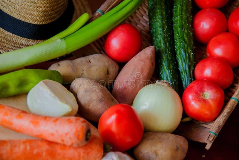 Samenstelling met geassorteerde ruwe organische groenten Detoxdieet, knoflook en peper royalty-vrije stock foto