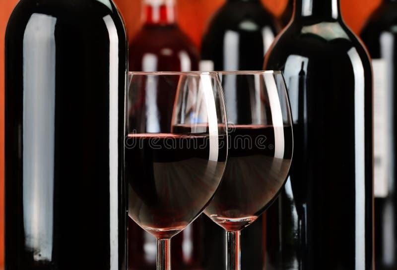 Samenstelling met glazen en flessen rode wijn royalty-vrije stock foto's