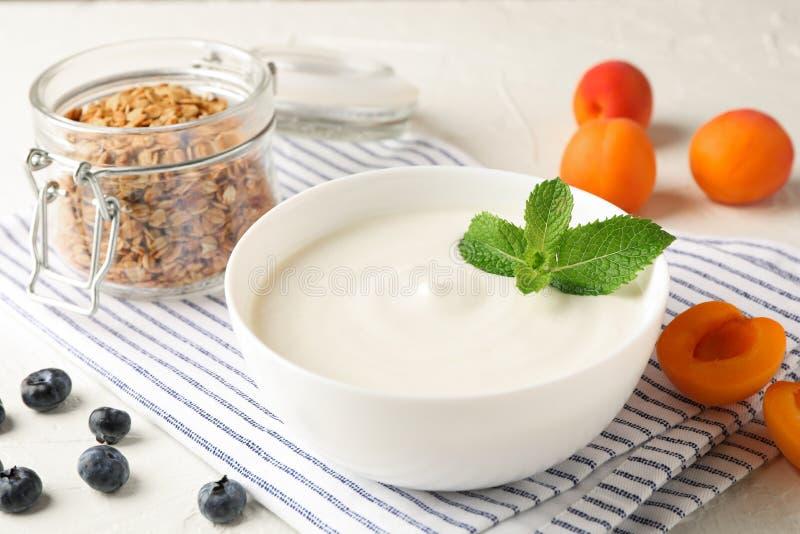 Samenstelling met granola, yoghurt en verse vruchten stock fotografie