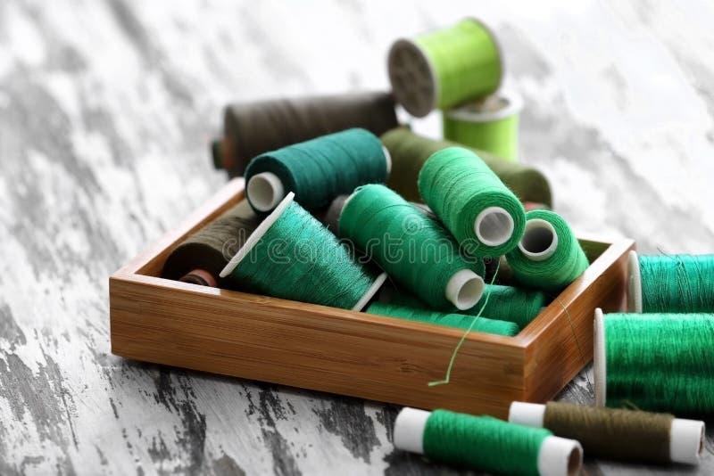 Download Samenstelling Met Groene Naaiende Draden In Doos Stock Foto - Afbeelding bestaande uit kleur, ontwerp: 107702598