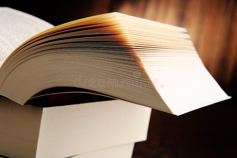 Samenstelling met hardcoverboeken royalty-vrije stock fotografie