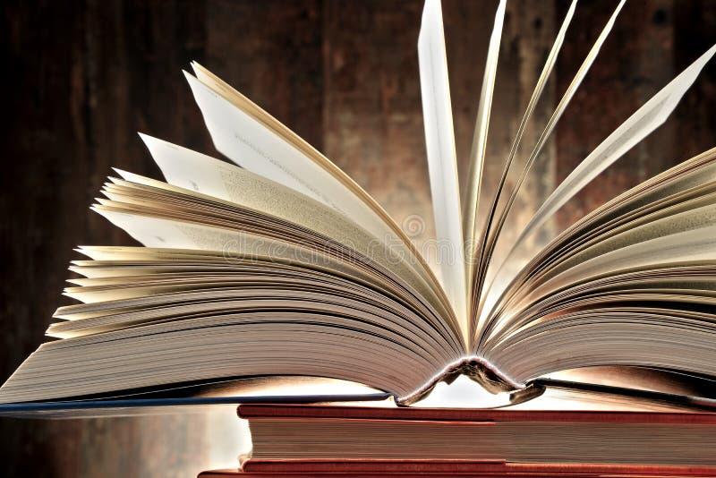 Samenstelling met hardcoverboeken stock foto's
