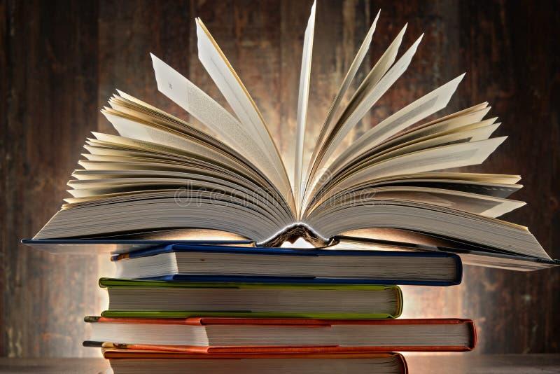 Samenstelling met hardcoverboeken stock afbeeldingen