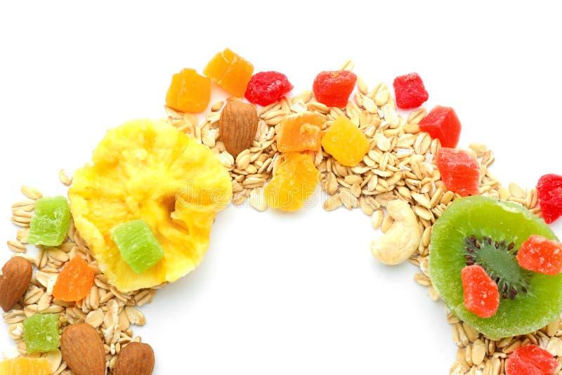 Samenstelling met havermeelvlokken en gekonfijte vruchten op witte achtergrond stock foto's
