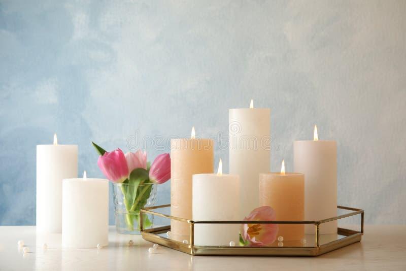 Samenstelling met het branden van kaarsen op lijst stock afbeelding