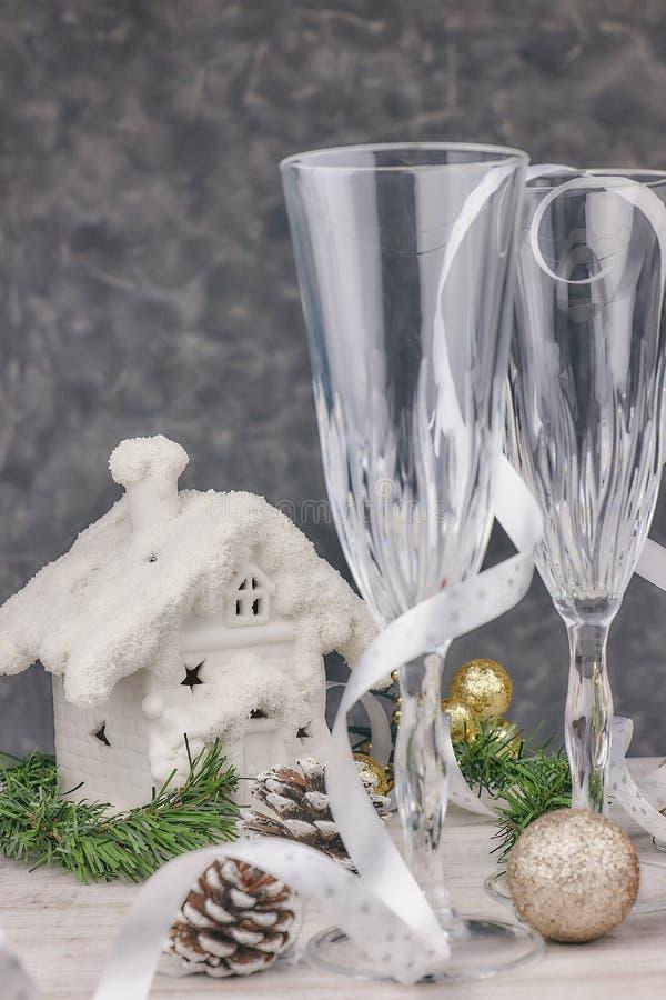 Samenstelling met Kerstmisdecoratie Lege champagneglazen nieuw jaar, lijstthema horizontale mening, close-up Kerstmis stock foto's