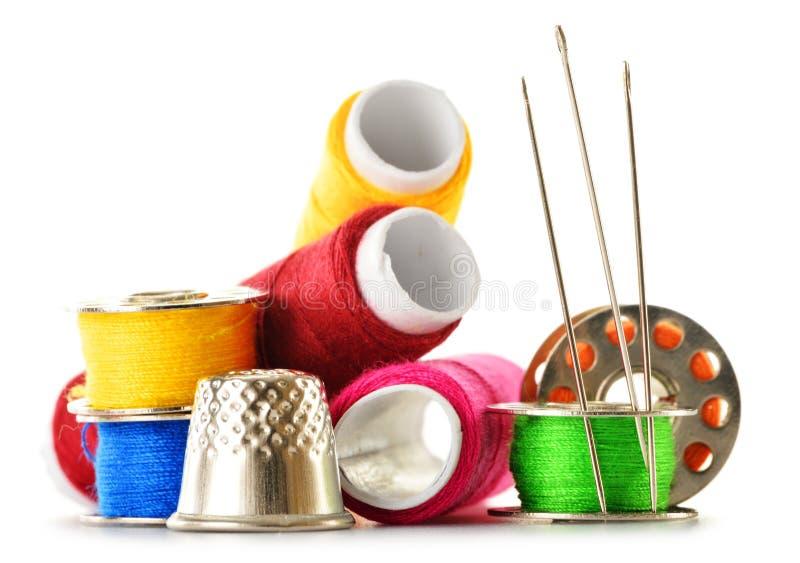 Download Samenstelling Met Kleermakersnaalden En Draden Over Wit Stock Afbeelding - Afbeelding bestaande uit vingerhoedje, up: 39110253